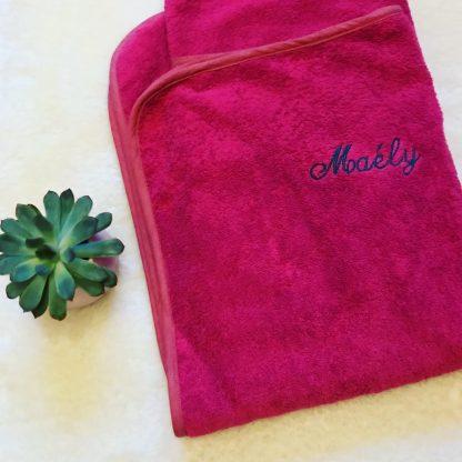 Drap de bain rose framboise sans capuche, personnalisé avec le prénom Maélys pour exemple