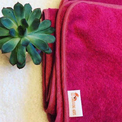 Zoom sur le drap de bain rose framboise sans capuche, personnalisé avec le prénom Maélys pour exemple