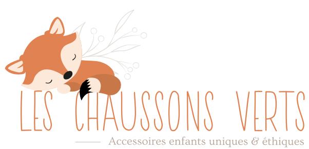 Illustration d'un renard endormi sur le nom de la marque Les Chaussons Verts et motif floral en arrière plan pour toujours plus de douceur