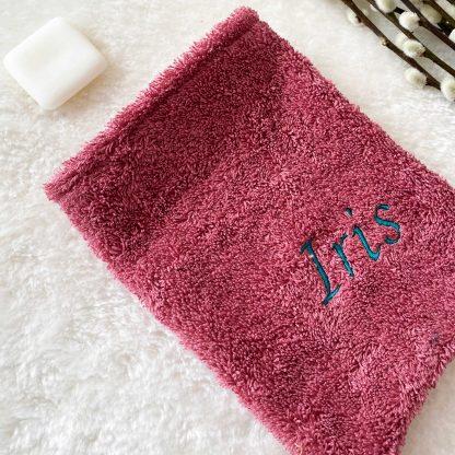 Gant de toilette en tissu éponge rose framboise, personnalisé avec le prénom Iris, brodé en bleu marine