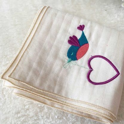 Lange tissu couleur écru, personnalisé avec une broderie oiseau et coeur