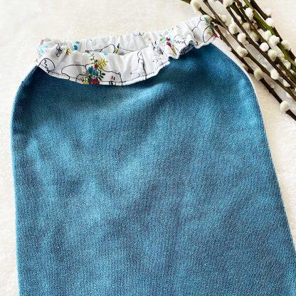 Verso de la serviette élastiquée en tissu popeline Animaux et Fleurs et en tissu éponge bleu