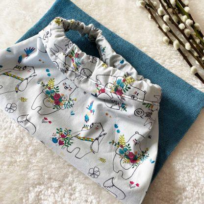 Recto/Verso de la serviette élastiquée en tissu popeline Animaux et Fleurs et en tissu éponge bleu