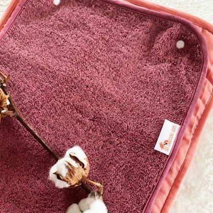 Tapis de change ouvert, tissu éponge bordeaux et tissu chambray corail