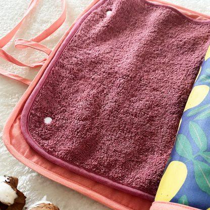 Tapis de change ouvert/fermé, tissu éponge bordeaux et chambray corail & tissu extérieur laminé motif citrons avec biais corail