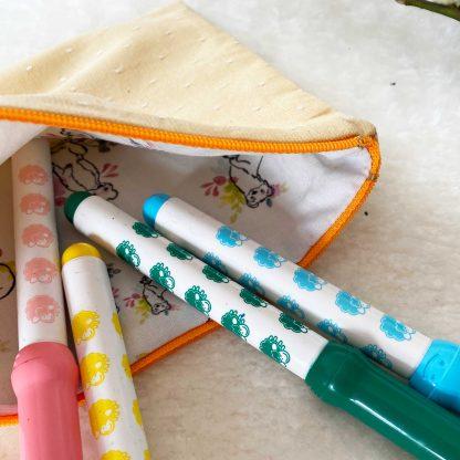 Trousse plate pour crayons, en tissu chambray coton bio couleur jaune d'eau à pois blancs