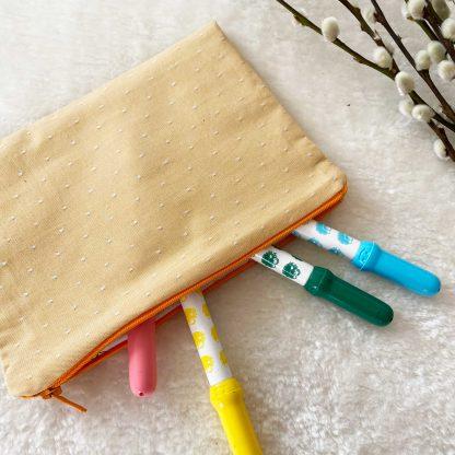 Trousse plate pour crayons, en tissu chambray coton bio couleur jaune d'eau à pois blancs et tissu motif animaux et fleurs à l'intérieur