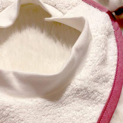 zoom sur Bavoir à nouer - tissu éponge blanc, biais popeline rouge framboise et broderie lapin