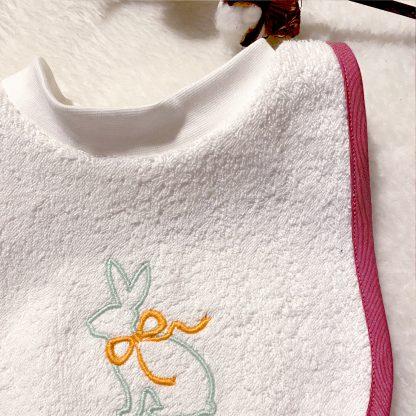 Bavoir à nouer - tissu éponge blanc, biais popeline rouge framboise et broderie lapin