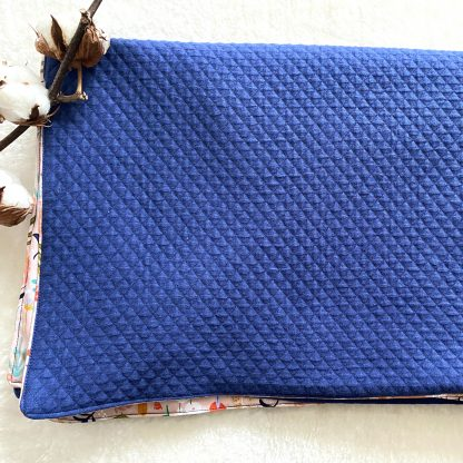 Drap pour la sieste des enfants, fait de tissu popeline fleurs et feuilles fond rose et au verso d'un tissu en jersey matelassé bleu inense