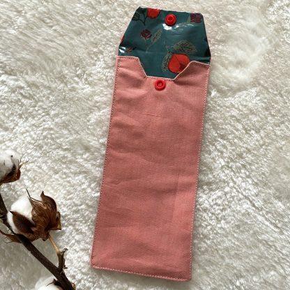 Housse de transport pour brosses à dents en tissu chambray corail et tissu hydrofuge bleu avec roses rouges à l'intérieur et bouton pression rouge