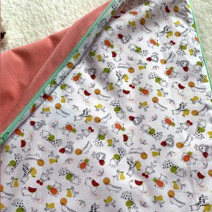 Rect o/Verso de la Housse de coussin en tissu chambray corail, passepoil vert et verso en tissu popeline animaux et fruits, avec une broderie cerise s