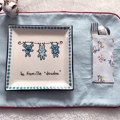 Range couverts en tissu chambray bleu ciel à pois blanc et vers en tissu hydrofuge bleu à roses rouges avec passepoil rouge
