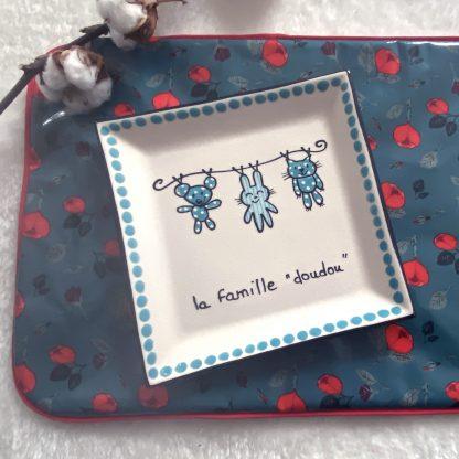 Verso du Range couverts en tissu chambray bleu ciel à pois blanc et vers en tissu hydrofuge bleu à roses rouges avec passepoil rouge