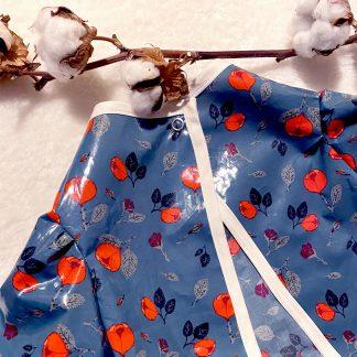 Tablier de peinture en tissu hydrofuge bleu avec des rose, et un biais en chambray écru